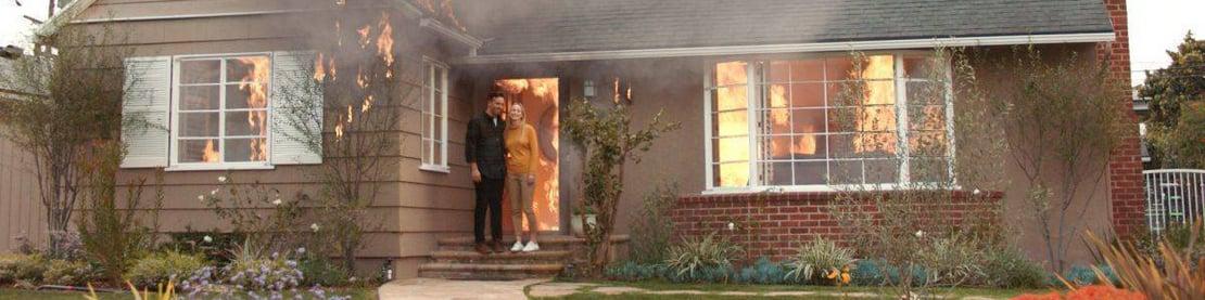 Ehepaar vor brennendem Haus