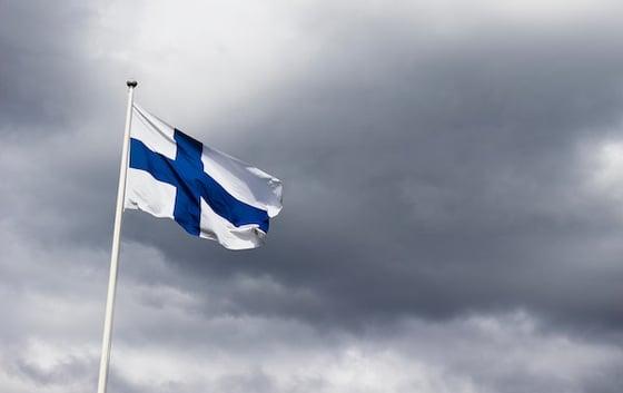 Finnische Flagge vor bewölktem Himmel