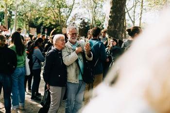 Älteres Ehepaar bei Fridays for Future Klimastreik