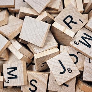Ein Scrabble-Turm aus Buchstaben