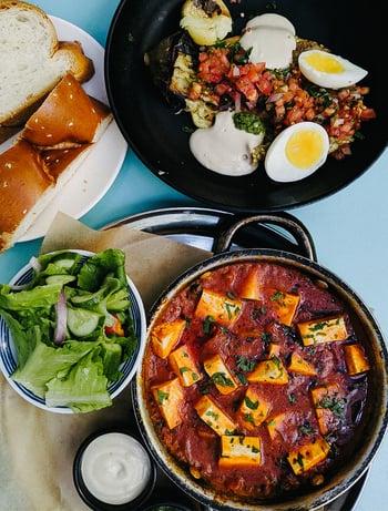 Topf mit Nudeln, Salat, Eiergericht