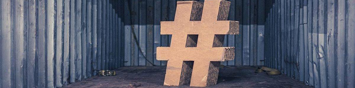 Hashtag aus Pappe